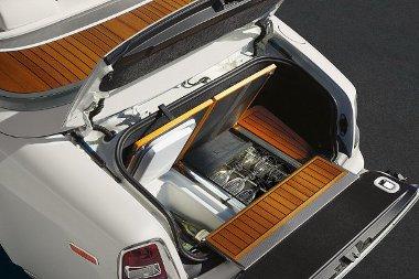 Defekt esetén nem kereket cserél a Rolls-Royce utasa, hanem pezsgőzve vár a segélyszolgálatra