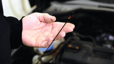 A motorolaj szintjének ellenőrzése nívópálcával, a hozzáértőknek sokat elárul az olaj színe is