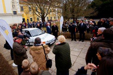 Kivezérelt gyermekek zászlóval, helyi prominensek és rezesbanda várta az autót Szentgotthárdon. Meg Ernst A. Hoffman, a gyár első igazgatója