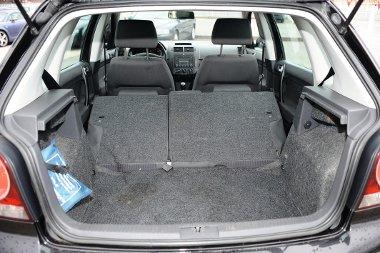 Valamivel szűkebb (280 liter), de ügyesebben bővíthető a VW Polo csomagtere