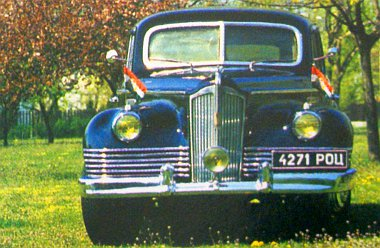 Bár az autó elmúlt 50 éves, ma is ugyanolyan elegáns, mint hajdanán. Az orosz rendszámtábla egy filmforgatás kellékeként maradt meg