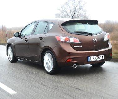 Már-már feleslegesen kemény a Mazda rugózása, a 17-es kerekeken 205/50-es gumik feszülnek