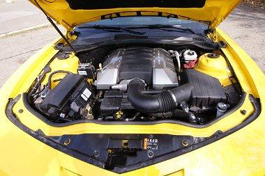 Rengeteg öröm forrása tud lenni a 6,2 literes, 432 lóerős V8-as. Tankoláskor azonban nem a tulaj, hanem a kutas vigyorog...