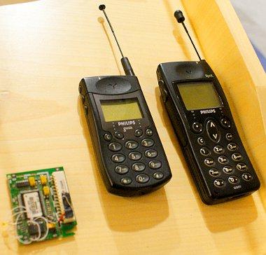 """Már ezek a téglatelefonok is felismertek szavakat, balra a legelső hangvezérelt eszköz, az IBM Shoebox számológép """"agya"""". Autóban először a Mercedes (1995 OKI Telecom) alkalmazott szófelismerést"""