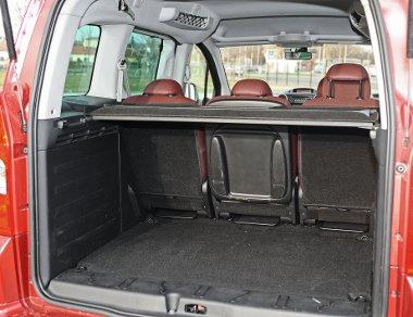 Nagy az ötödik ajtó helyigénye, de a csomagtér kényelmesen pakolható és tágas