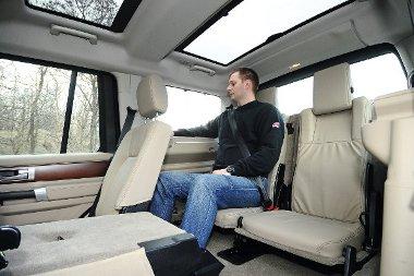 Karfás fotelek elöl, kényelmes, akár egy nappaliban! Hátul megemelték a plafont, hogy tisztességesen elférjen az utasok feje. Minden sornak panorámatető dukál, ettől a kabin fényárban úszik