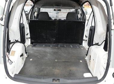 Magas peremen kell átemelni a csomagokat, az oldalsó ajtókon keresztül is lehet rámolni. A padló alatt lapul a pótkerék