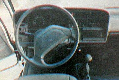 Ha nem tudnánk, miről van szó, és kizárólag ezt a képet látnánk, akár meg is esküdnénk, hogy egy személygépkocsi szerelvényfala van előttünk. A fűtés-szellőzés szabályzása jellegzetes