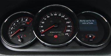 Műszeregységből is kétféle van, a GT és GT Line verziók analóg sebességmérőt kapnak
