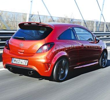 Hátulról is dögös a kis Opel, a kerékjárati ívek és a kipufogók sokat sejtetnek