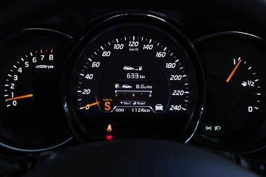 A normál sebességmérő is modern, a csúcsmodelleké pedig valódi high-tech egység