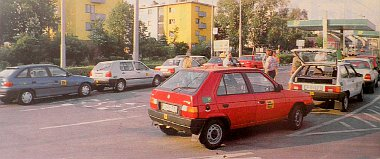 Várni kell. A pécsi BP-kúttól már csak 7 autó alkotja a karavánt, a Lada Budapest felé rángatja utasait