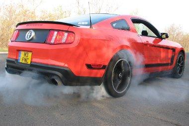 Ha nem vigyázunk, könnyen füstbe megy a 444 lóerő! Két kipufogócső hátul, kettő oldalt, a küszöbök vége mögül mennydörög