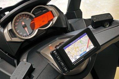 Modern műszerfal opciós navigációval