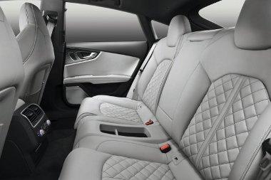 Az S7 Sportback második sorában két ülőhely várja az utasokat, a fejteret leszámítva itt is tágas az autó