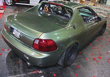 A sejtelmes színű autó alatt fémrugók dolgoznak