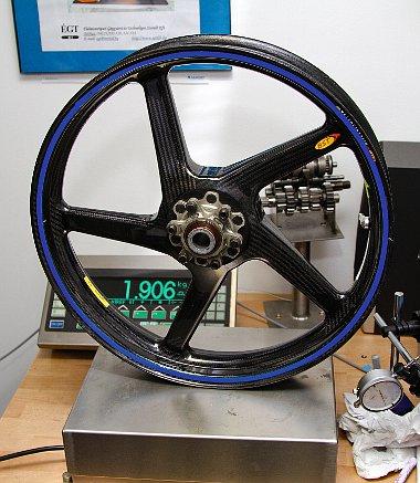 A MotoGP-ből ismert szénszálas felnikkel 43 kg alá csökkenthető a titánvázas Simson tömege!
