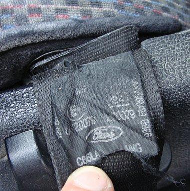 A biztonsági öv alján látható címkén feltüntetett dátumnak elvileg meg kell egyezni a gyártási évvel. Ha nem, akkor cserélték az öveket