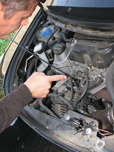 Hideg motornál ellenőrizzük a motorolaj szintjét