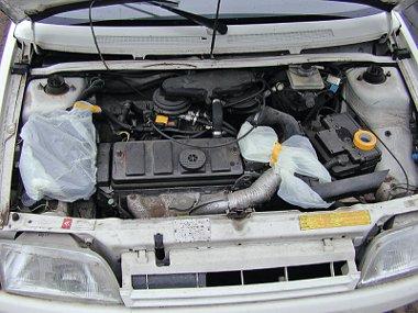 Motormosáskor mindenképpen le kell takarni az elosztófedelet és az elektronikus vezérlés egységeit