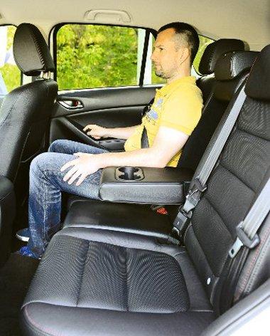 A szellőzőrostély hiánya rontja a hátsó utasok komfortját. Az üléseket nem lehet tologatni