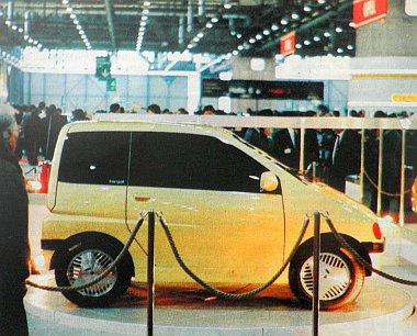 A Leo, a félautó a Genfi Autószalon kiállítócsarnokában