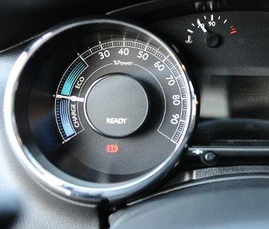 Hibrid erőmérő óra a fordulatszámmérő helyén