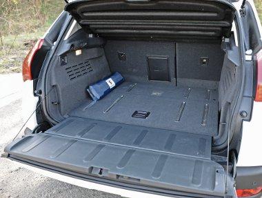 Kétrészes a raktérajtó, a padló elülső része alatt rekesz, fölötte 377 liternyi hely a csomagoknak