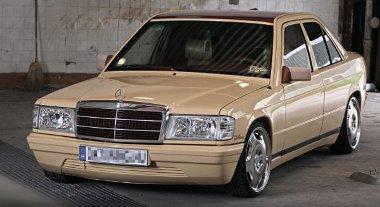 Barátságos arcot mutat a 28 éves Mercedes 190D. A tető színe ismétlődik a hűtőmaszk rácsozatán
