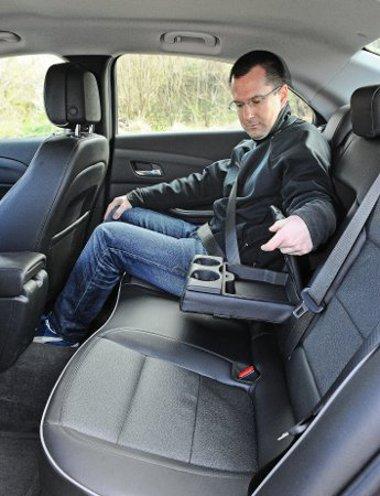 Nagy és kényelmes bőrfotelek egyszerű formázással. A helykínálat bőséges, egy ekkora autóban azonban elkelne a hátsó szellőző