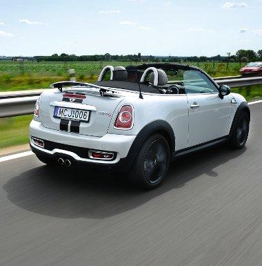 Pimasz pofa, trendi matricacsíkok, igen látványos a Roadster! 80 km/óra felett automatikusan emelkedik fel a hátsó szárny