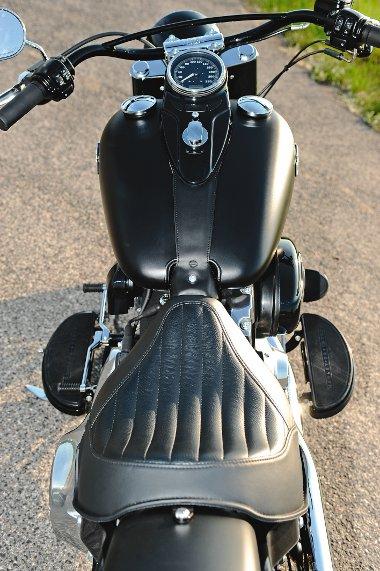 Ez a látvány fogadja a vezetőt: széles tank üzemanyagszint-jelzővel a kupakban, merevítős kormány, félhold alakú lábtartók és hurkás bőrülés