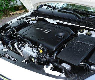 Príma a dupla turbós dízel teljesítményleadása, alacsony fordulaton (1750-től) is igen nyomatékos (400 Nm) a 2,0 literes CDTI