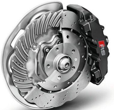 Alapból ilyen, 365 mm-es acél tárcsafék jár a modellhez, de 380 mm-es kerámiatárcsa is kérhető