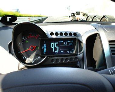 Kicsivel 100 km/óra alatt van az 1,3-as Eco ideális üzemelési tartománya. A széria tempomat segítségével könnyedén tartható a tempó