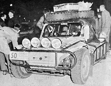 Három angol fiatalembert vállalkozott arra, hogy ezzel a nagyon szellős VW Buggy-val (ejtsd: Baggi) eljutnak Mexikóig. A szélvédőtől jobbra az olajhűtőt látjuk