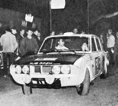Indul az egyik favorit: a BLMC és az Angol Labdarúgó Szövetség által nevezet híres rallye-versenyző, Paddy Hopkirk a 2,5 literes Triumph-fal