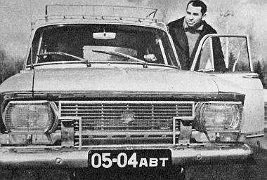 A nagy Rallye egyik célba ért kocsija, a kövek elleni védőráccsal felszerelt 412-es Moszkvics, amikor a később 17-iknek befutott Vlagyimir Bubnov próbára indul vele