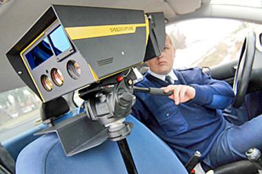 Készül a sok tízezer forintba kerülő fénykép: ha valaki előbb tudomást szerez a traffipaxról, az nem baj, de blokkolni tilos a készüléket (fotó: AS)