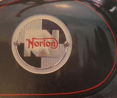 A kerek, műanyag embléma csak 1956-ban volt használatos