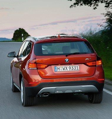 Fellépésével az X3-as és X5-ös nagytestvérekre hajaz a frissített X1-es, a benzines és dízel csúcsmodellekhez széria az xDrive összkerékhajtás