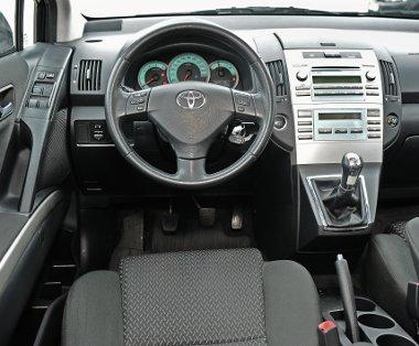 Érzelemmentes a Toyota műszerfala, kissé túljátszott a középkonzol
