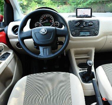 Csipetnyi luxus: kellemes hangulatú a belső, de ehhez rendesen fel kell szerelni az autót. Sok funkcióval bír a hordozható, érintőképernyős navigáció