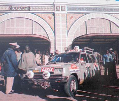 A dakari állomás épülete előtt a hatkerekű Renault látható, bizonyítva, hogy beérkezett a célba, illetve a célegyenesig