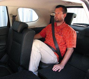 Rövid távon akár felnőttek is, de inkább csak gyerekek utazhatnak kényelmesen leghátul