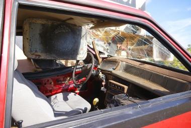 Benézett az oldalablakon az ütköző. Nagyobb tempónál szétszakadt volna az autó