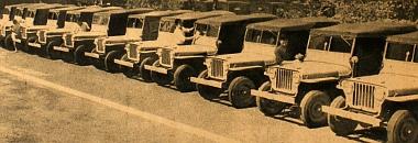 """Kínában gyártott """"Jeep"""" kocsik sorakozóját látjuk"""
