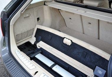 A poggyászroló és a rögzítőrendszer a padlóban tárolható. A kulcsról vagy a keretbe integrált gombokkal nyitható-zárható a csomagtérajtó