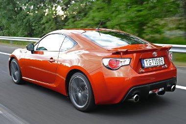 Kifejezetten jól néz ki a GT 86-os, ami olyan nőcsábász autó, ami a férfiak szívét is képes megdobogtatni. Sokan nem hiszik, hogy tényleg Toyota