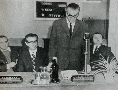 Ünnepség 1972. november 22-én az MMG egyik gyáregységében. Elkészült a félmilliomodik Zsiguli műszerfal! És a szerény falitábla azt is jelzi, hogy 500000 műszer exportja egyenlő 5000 VAZ-2101-es kocsi importjával…